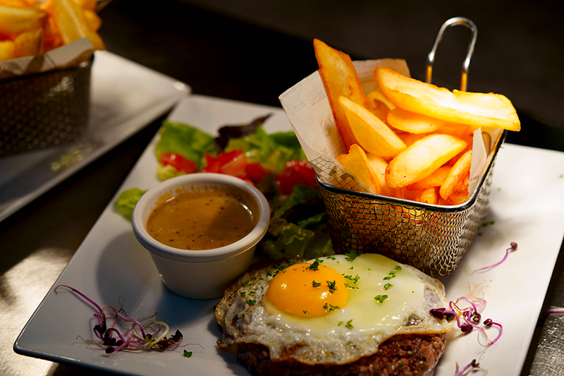 Steack haché oeuf à cheval frites